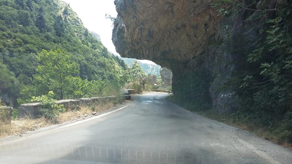 издълбан в скалите път в Гърция