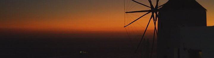 мелница на залез слънце на Санторини