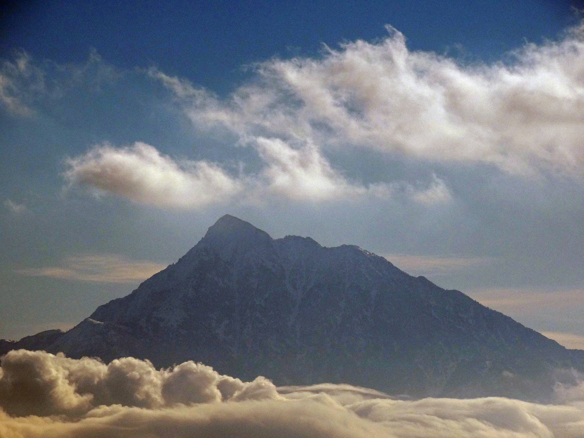 връх Атон над облаците