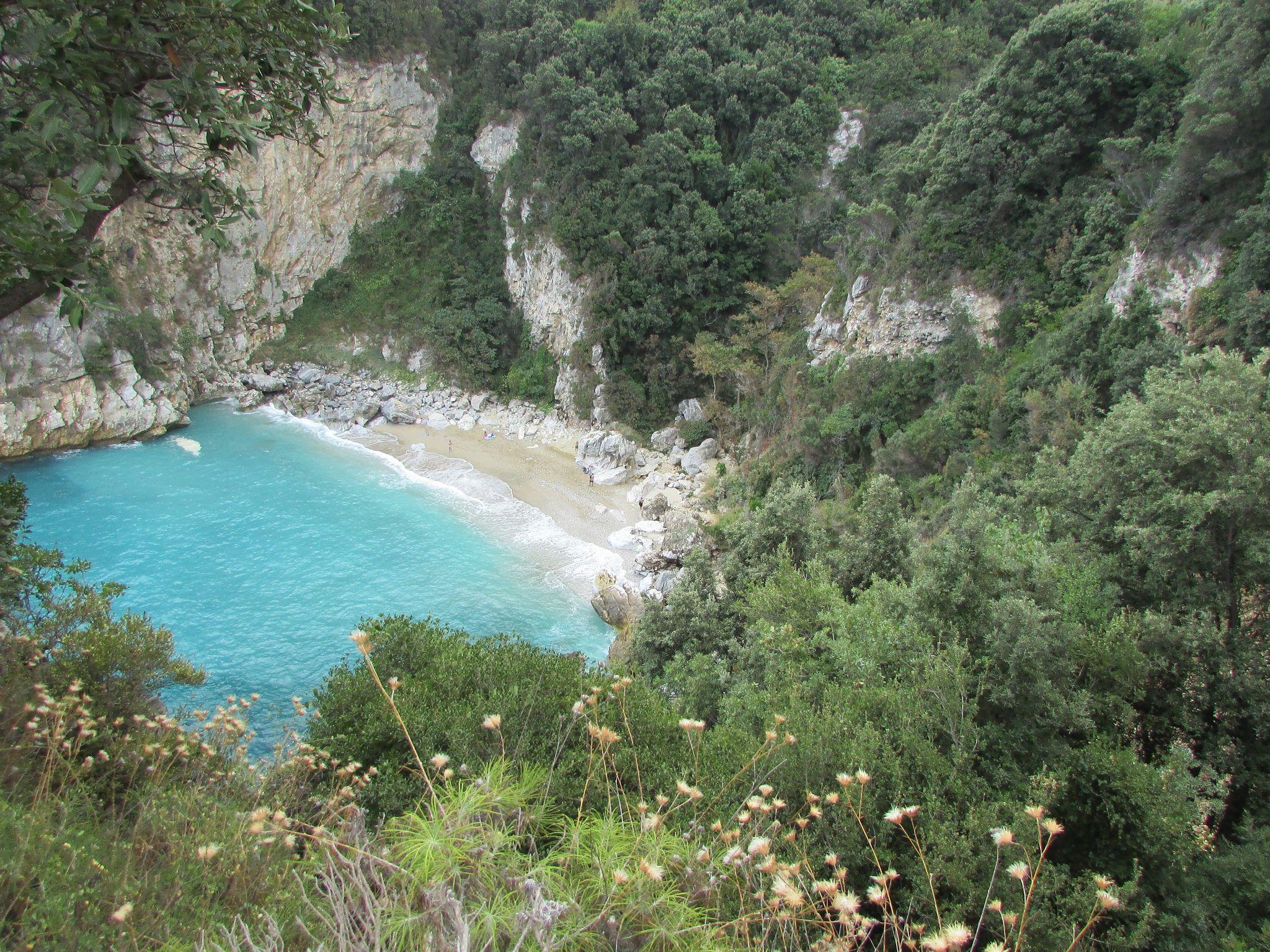 Зеленината на скътания плаж Факистра