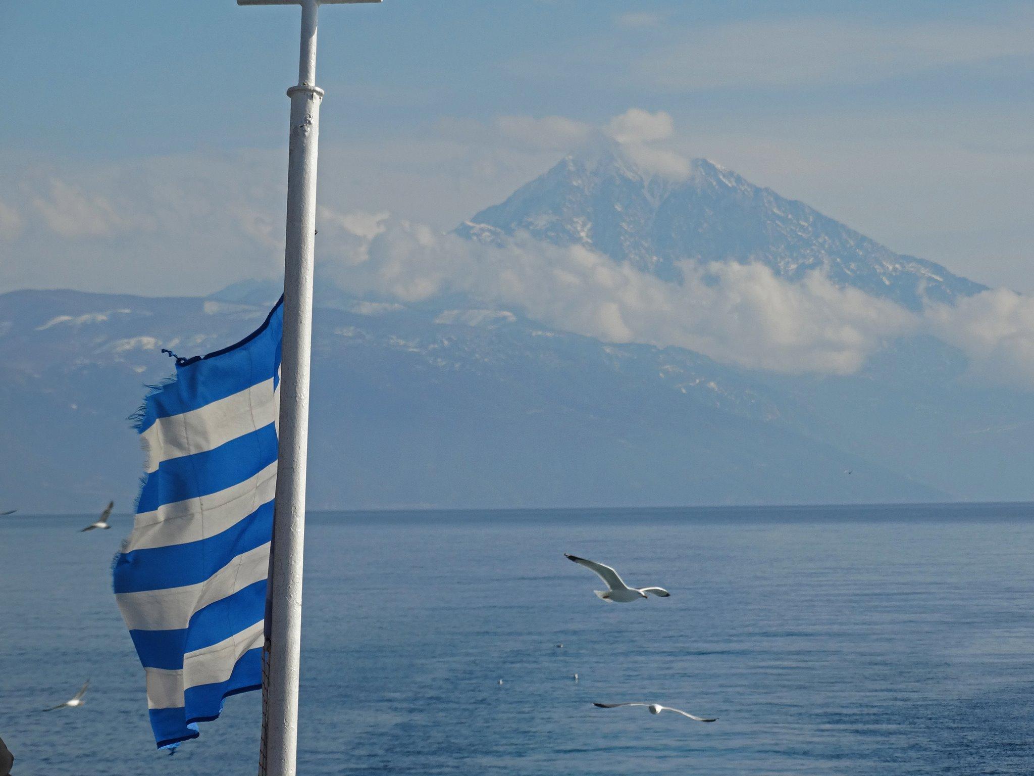 връх Атон, сниман от морето