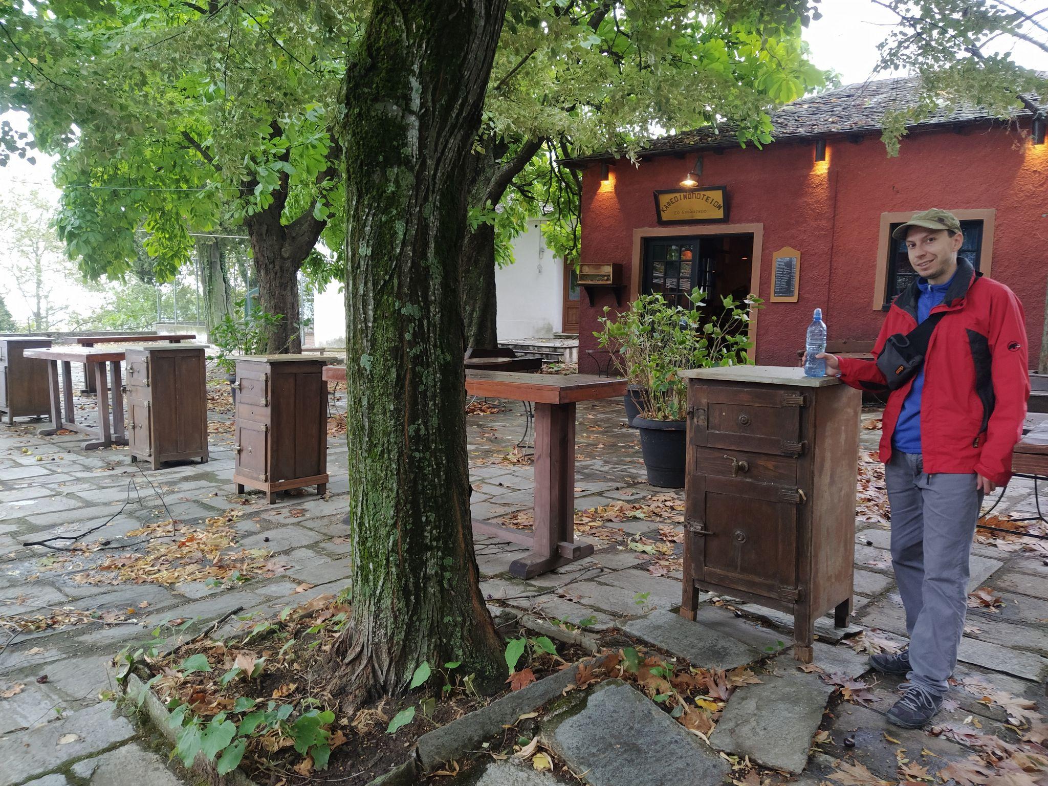 заведение на площада в Кисос
