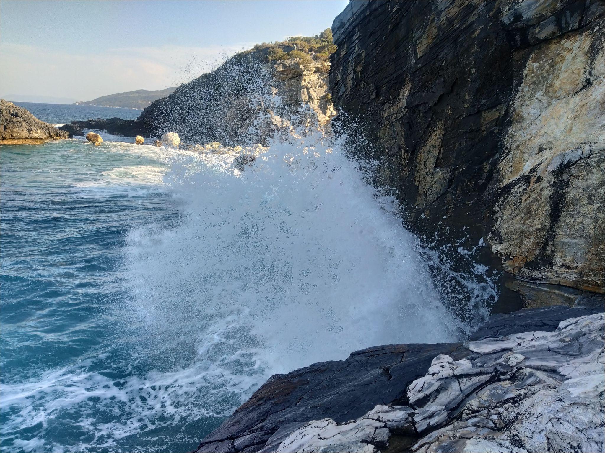 Вълни на плаж Милопотамос