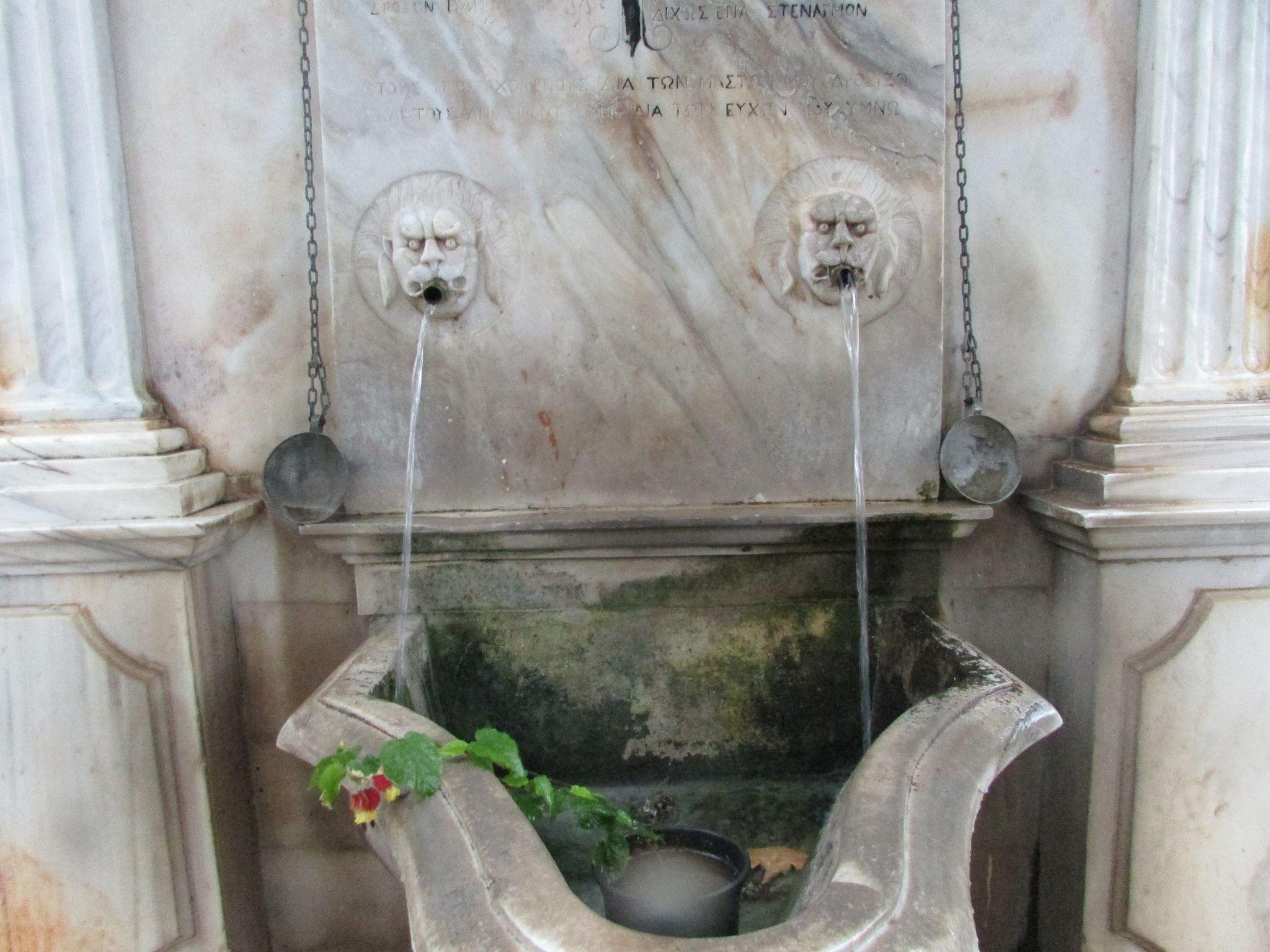Мраморната чешма в Пинакатес