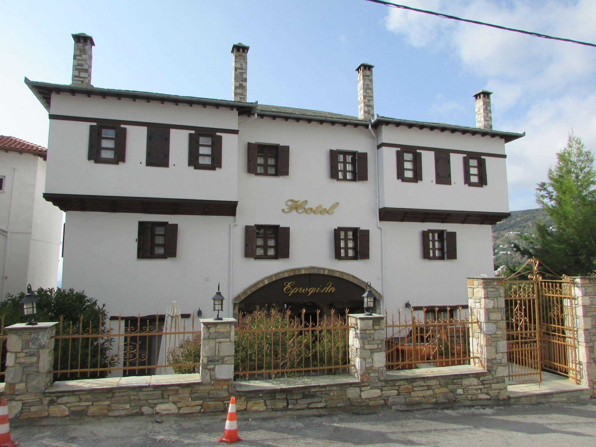 хотел с типична архитектура в Портариа
