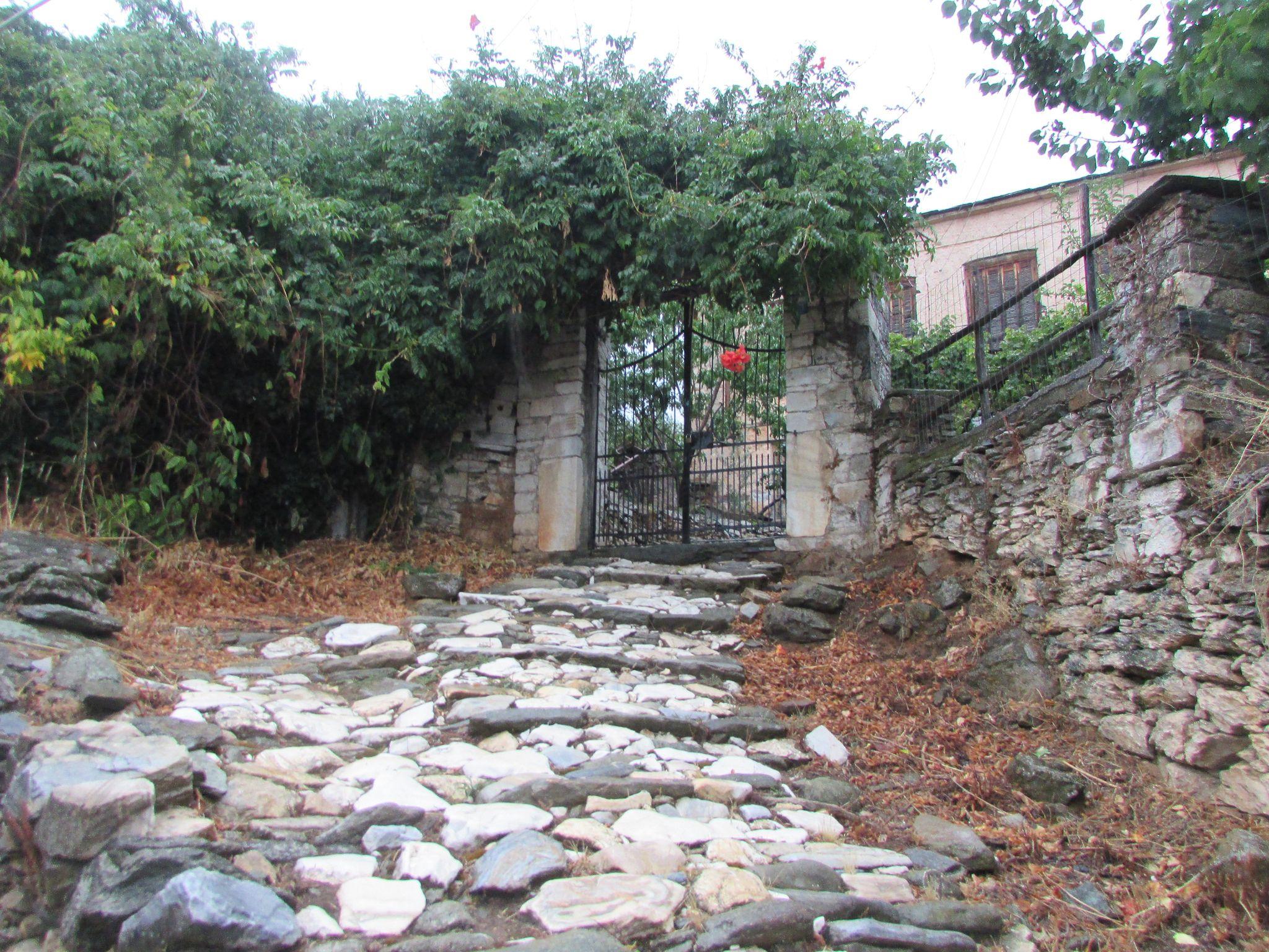 Калдъръм и зеленина в Агиос Лаврентиос
