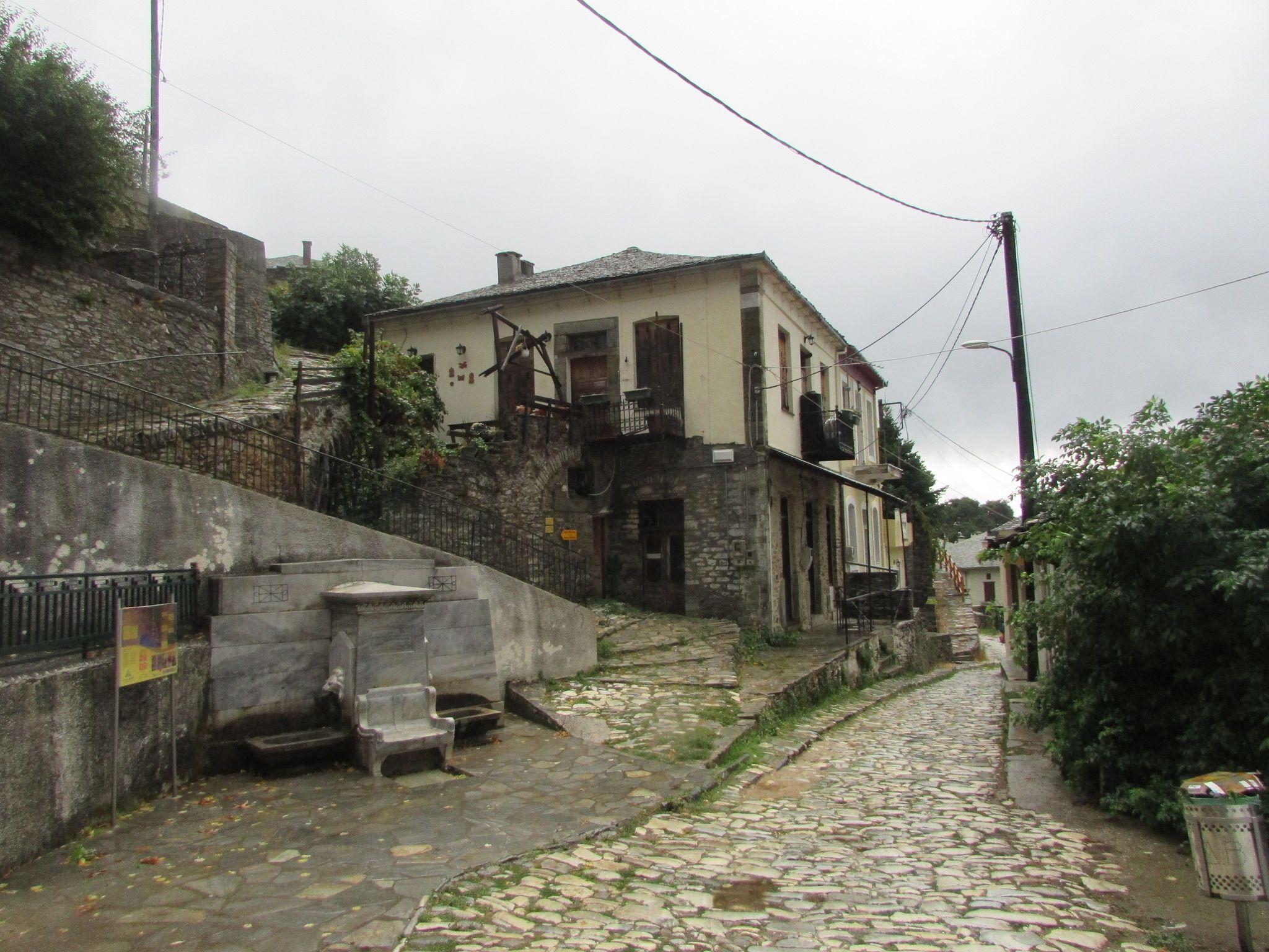 главната улица в Агиос Лаврентиос