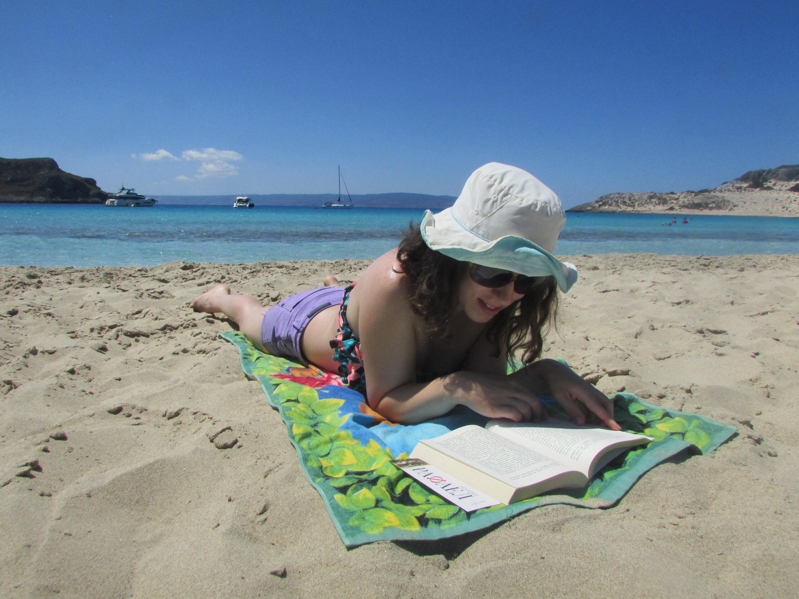 С книжка на плажа в Гърция